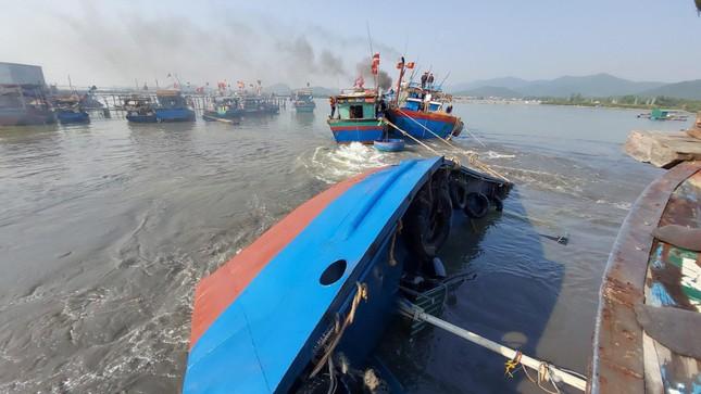 Tàu vỏ sắt chở dầu, nước ngọt bị lật trên đường vào cảng ảnh 2