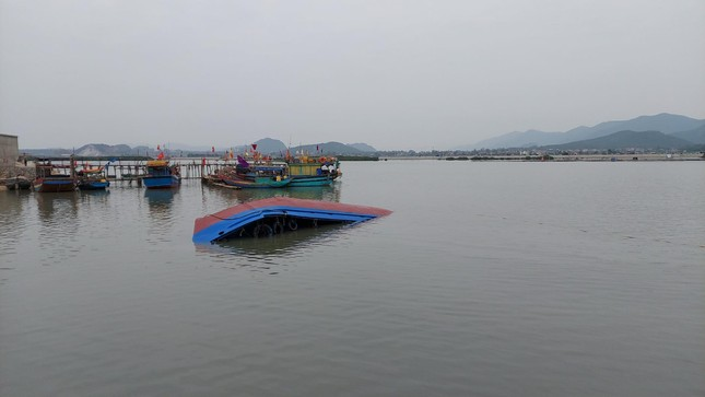 Tàu vỏ sắt chở dầu, nước ngọt bị lật trên đường vào cảng ảnh 1
