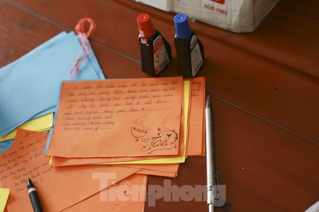 Học sinh Nghệ An mang hương vị tết đến với bệnh nhân nghèo ảnh 12