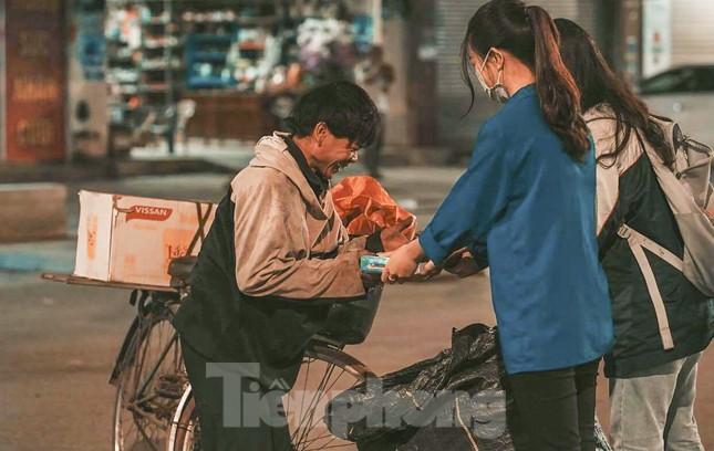 Học sinh Nghệ An mang hương vị tết đến với bệnh nhân nghèo ảnh 15