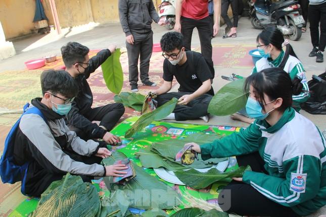 Học sinh Nghệ An mang hương vị tết đến với bệnh nhân nghèo ảnh 3