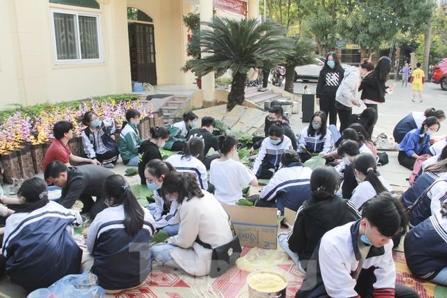 Học sinh Nghệ An mang hương vị tết đến với bệnh nhân nghèo ảnh 4