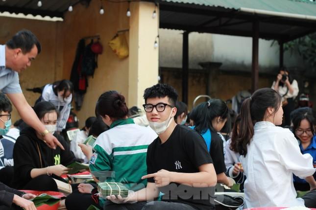 Học sinh Nghệ An mang hương vị tết đến với bệnh nhân nghèo ảnh 8