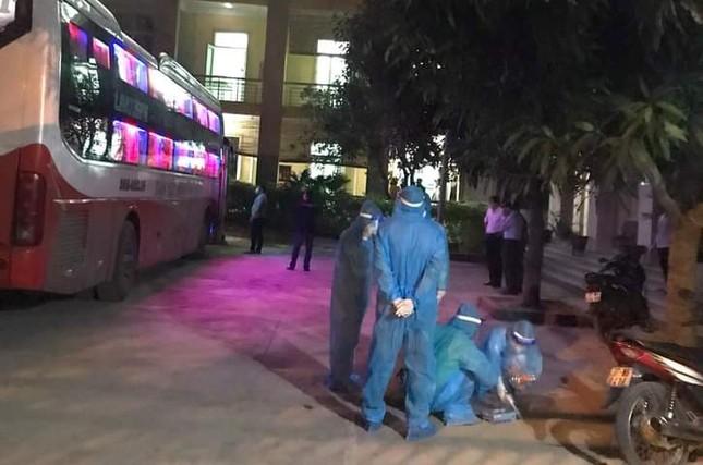 Chặn xe khách trong đêm, đưa bảy người Trung Quốc nhập cảnh trái phép đi cách ly ảnh 2