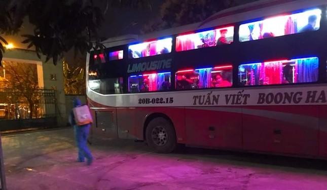 Chặn xe khách trong đêm, đưa bảy người Trung Quốc nhập cảnh trái phép đi cách ly ảnh 1