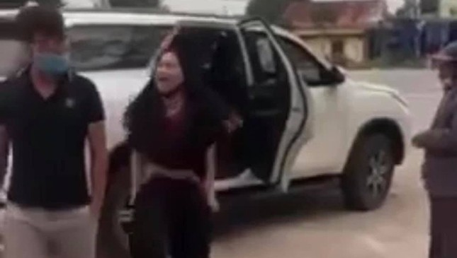Người phụ nữ lột đồ chửi bới trước cổng đền Cuông ảnh 1