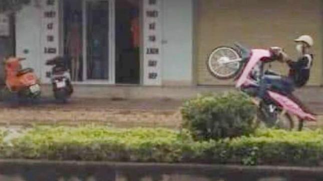 2 thiếu niên khoe 'chiến tích' bốc đầu, lạng lách giữa phố lên mạng xã hội ảnh 1