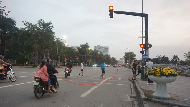 Biển báo 'Đèn đỏ được phép đi thẳng' lộ nhiều bất cập ảnh 2