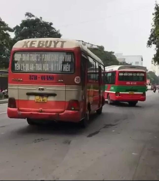 Phẫn nộ cảnh hai xe buýt lạng lách, chèn ép nhau gây nguy hiểm cho người dân ảnh 2