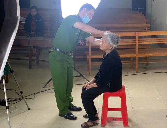 Ăn cháo khuya hồi sức, công an làm thẻ căn cước công dân cho cụ bà 86 tuổi lúc rạng sáng ảnh 2