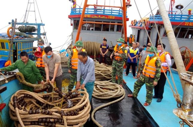Nổ súng, truy đuổi hai tàu khai thác trái phép hải sản trên biển như phim hành động ảnh 2