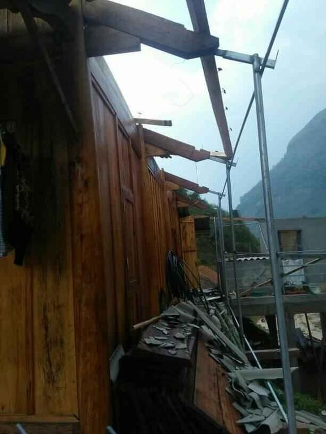 Mưa đá kèm lốc xoáy tàn phá hàng chục ngôi nhà ở miền núi Nghệ An ảnh 1