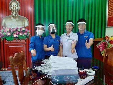 Đoàn thanh niên Bệnh viện làm kính chắn giọt bắn chống dịch COVID-19 ảnh 3