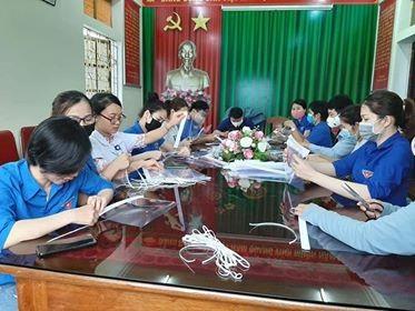 Đoàn thanh niên Bệnh viện làm kính chắn giọt bắn chống dịch COVID-19 ảnh 2