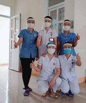 Đoàn thanh niên Bệnh viện làm kính chắn giọt bắn chống dịch COVID-19 ảnh 1