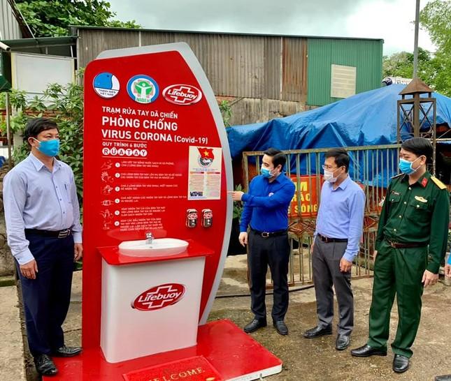 Đặt trạm rửa tay dã chiến phòng dịch tại trung tâm chợ lớn nhất Hà Tĩnh ảnh 1