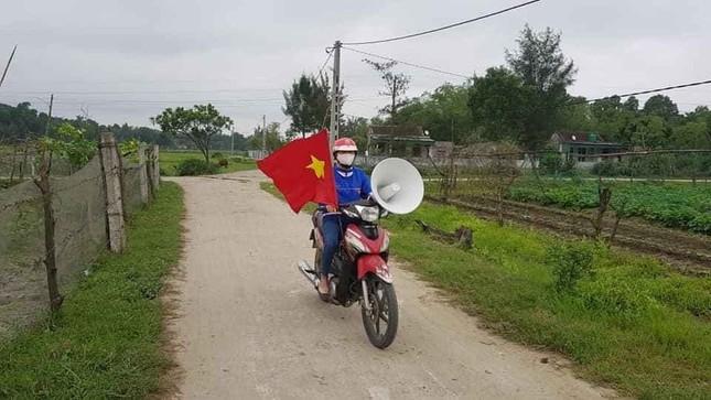 Thanh niên tình nguyện 'cõng loa' đến từng thôn xóm tuyên truyền phòng COVID-19 ảnh 1