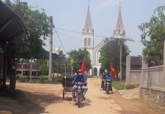 Thanh niên tình nguyện 'cõng loa' đến từng thôn xóm tuyên truyền phòng COVID-19 ảnh 4