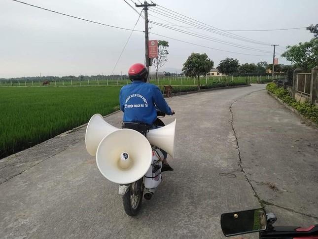 Thanh niên tình nguyện 'cõng loa' đến từng thôn xóm tuyên truyền phòng COVID-19 ảnh 3