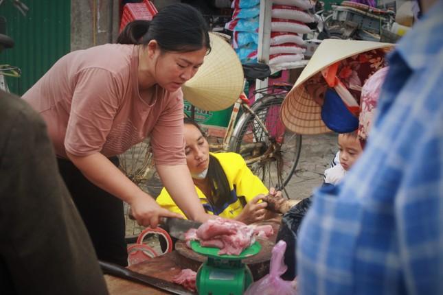 Cảng cá Hà Tĩnh tấp nập người bán, kẻ mua giữa mùa dịch COVID - 19 ảnh 5