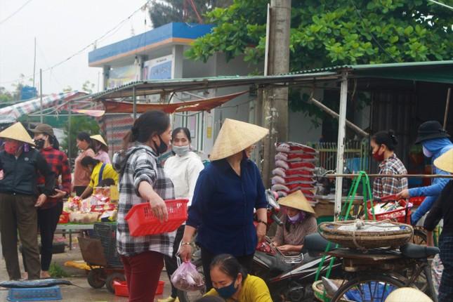 Cảng cá Hà Tĩnh tấp nập người bán, kẻ mua giữa mùa dịch COVID - 19 ảnh 17