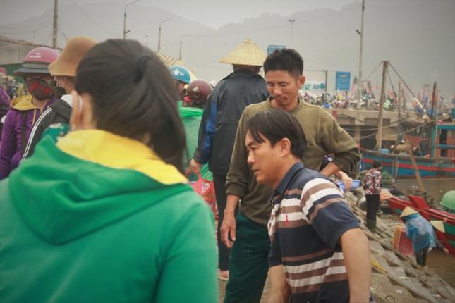 Cảng cá Hà Tĩnh tấp nập người bán, kẻ mua giữa mùa dịch COVID - 19 ảnh 11