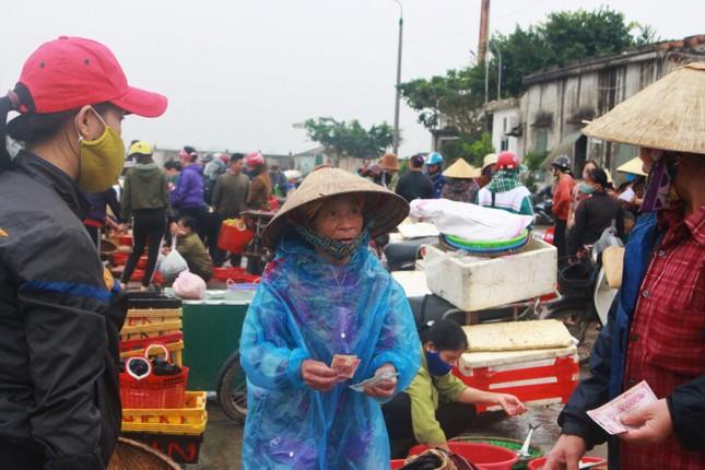 Cảng cá Hà Tĩnh tấp nập người bán, kẻ mua giữa mùa dịch COVID - 19 ảnh 8