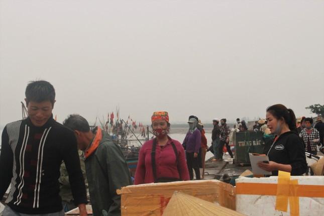 Cảng cá Hà Tĩnh tấp nập người bán, kẻ mua giữa mùa dịch COVID - 19 ảnh 1