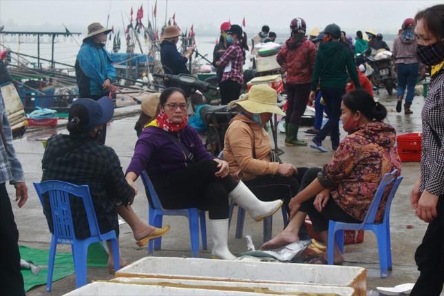 Cảng cá Hà Tĩnh tấp nập người bán, kẻ mua giữa mùa dịch COVID - 19 ảnh 3