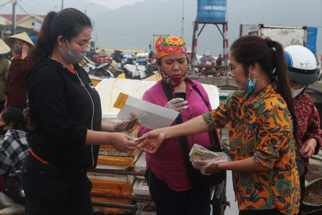 Cảng cá Hà Tĩnh tấp nập người bán, kẻ mua giữa mùa dịch COVID - 19 ảnh 7