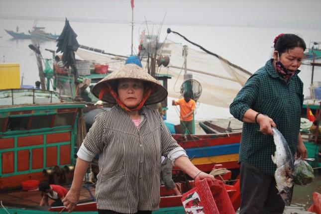 Cảng cá Hà Tĩnh tấp nập người bán, kẻ mua giữa mùa dịch COVID - 19 ảnh 13