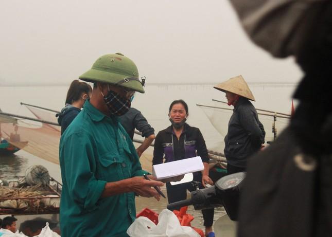 Cảng cá Hà Tĩnh tấp nập người bán, kẻ mua giữa mùa dịch COVID - 19 ảnh 12