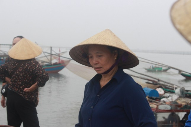Cảng cá Hà Tĩnh tấp nập người bán, kẻ mua giữa mùa dịch COVID - 19 ảnh 10