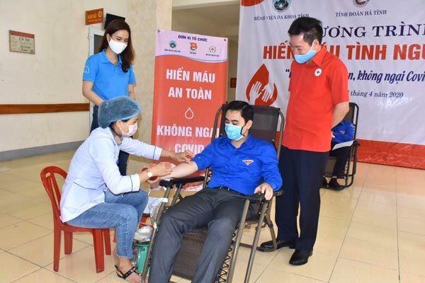 Thanh niên Hà Tĩnh 'hiến máu an toàn, không ngại Covid' ảnh 1