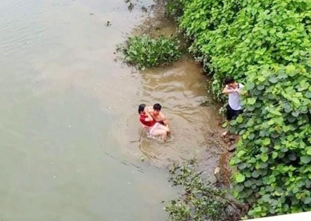 Cán bộ xã vật lộn với 'hà bá' cứu nữ sinh nhảy cầu tự tử ảnh 1