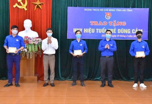 3 thanh niên cứu người đuối nước được trao Huy hiệu Tuổi trẻ ảnh 1