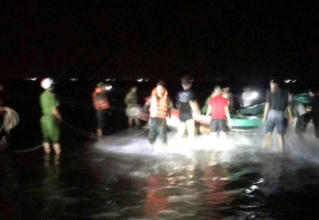 Cứu 7 chiếc thuyền cùng ngư dân bị lốc xoáy đánh chìm trên biển ảnh 1