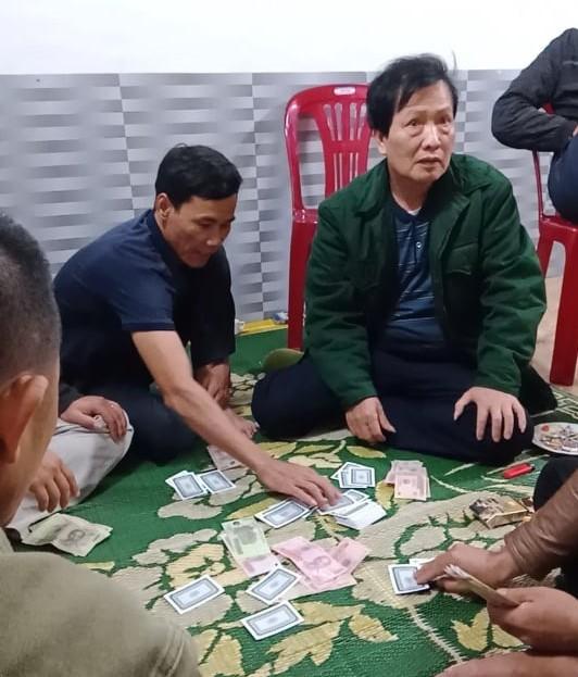 Cách chức chủ tịch xã đánh bạc trong mùa dịch COVID-19 ảnh 1