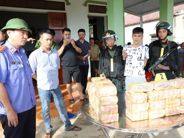 Truy đuổi ô tô chở 30kg ma túy trong đêm, bắt giữ 2 đối tượng ảnh 1