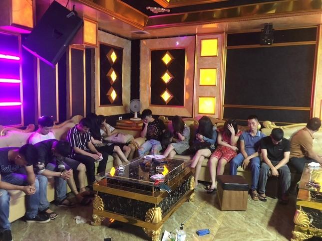 Bắt 13 đối tượng nam nữ sử dụng ma túy trong quán karaoke ảnh 1
