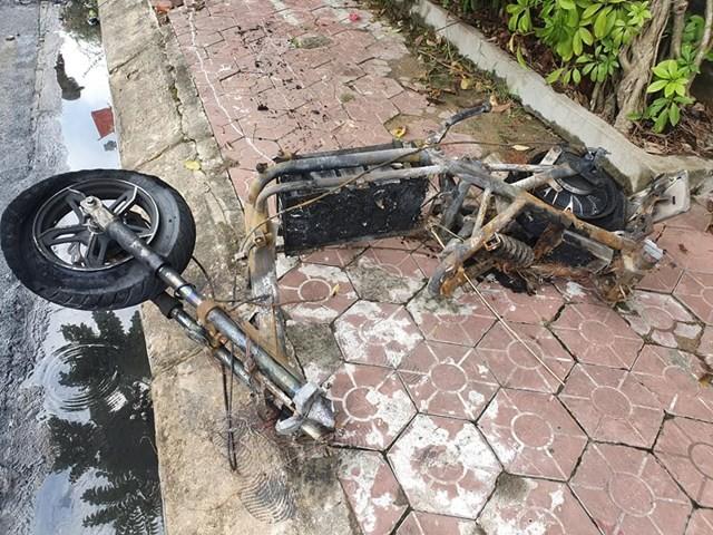 Xe máy điện bị chập khi sạc, lửa bùng phát thiêu rụi ô tô 5 chỗ ảnh 2