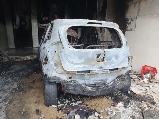 Xe máy điện bị chập khi sạc, lửa bùng phát thiêu rụi ô tô 5 chỗ ảnh 1