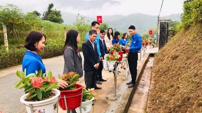 Thanh niên Hà Tĩnh làm đường hoa chào mừng Đại hội Đảng bộ tỉnh ảnh 2