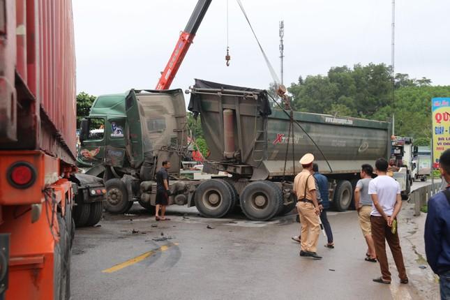 Xe tải và container nát bét sau va chạm, hai tài xế may mắn thoát nạn ảnh 2
