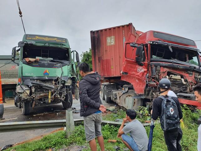 Xe tải và container nát bét sau va chạm, hai tài xế may mắn thoát nạn ảnh 1