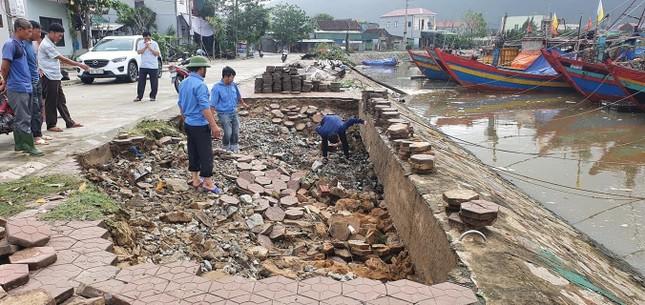 Mưa lớn gây sạt lở, nhiều tuyến đường ở Hà Tĩnh - Nghệ An bị chia cắt ảnh 4