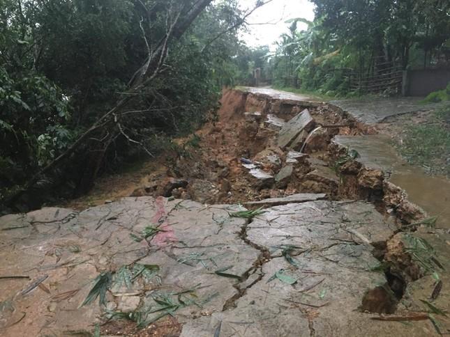 Mưa lớn gây sạt lở, nhiều tuyến đường ở Hà Tĩnh - Nghệ An bị chia cắt ảnh 2