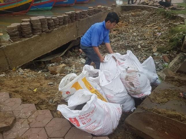 Mưa lớn gây sạt lở, nhiều tuyến đường ở Hà Tĩnh - Nghệ An bị chia cắt ảnh 5