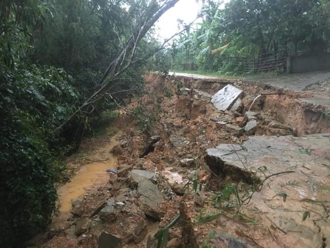 Mưa lớn gây sạt lở, nhiều tuyến đường ở Hà Tĩnh - Nghệ An bị chia cắt ảnh 1