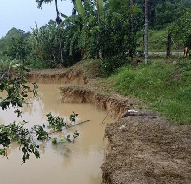 Mưa lớn gây sạt lở, nhiều tuyến đường ở Hà Tĩnh - Nghệ An bị chia cắt ảnh 7